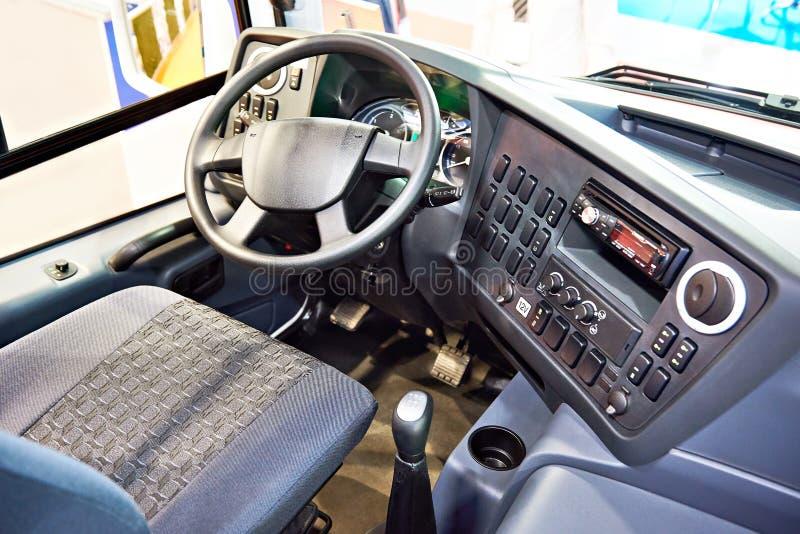 Siège conducteur et volant avec le tableau de bord de l'autobus photo libre de droits