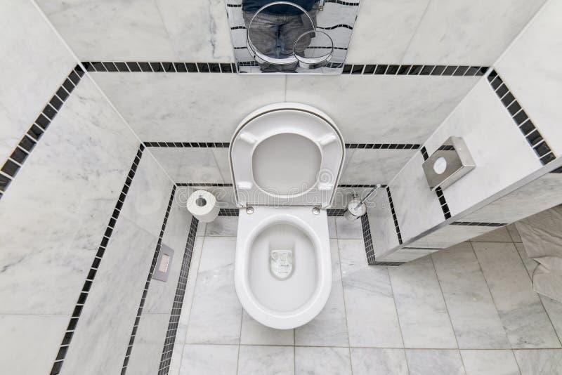 Siège des toilettes ouvert image stock