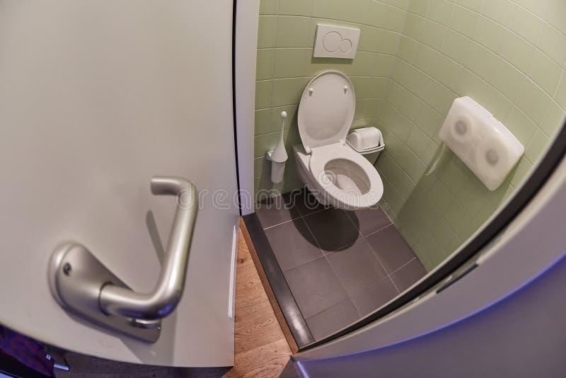 Siège des toilettes ouvert photos stock