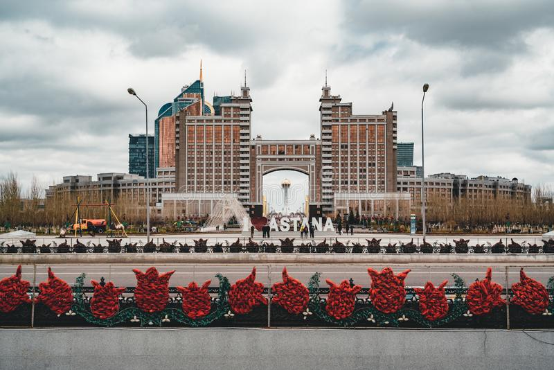 Siège le siège social du KazMunaiGas à Astana Kazakhstan avec la tour de Bayterek à l'arrière-plan images libres de droits