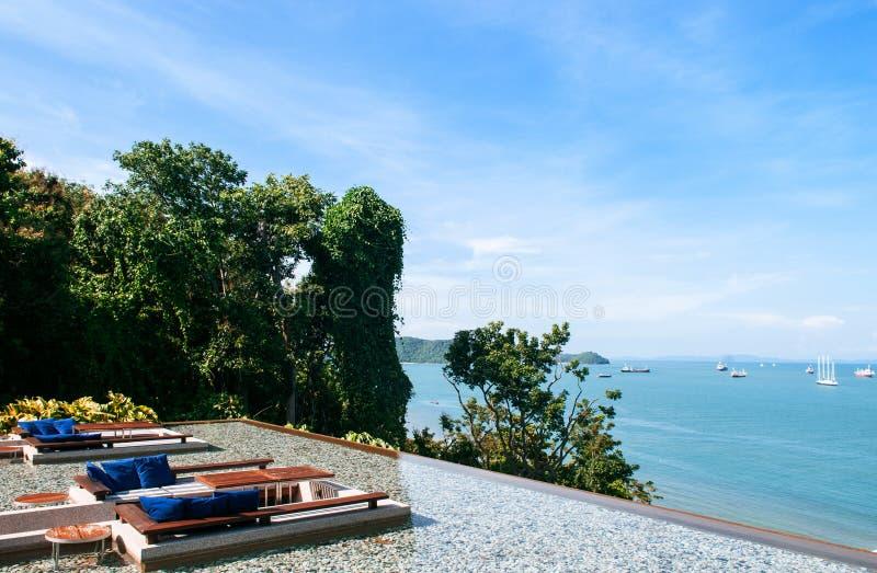 Siège submergé de salon de relaxation de vacances dans l'esprit de piscine de bord d'infini image stock