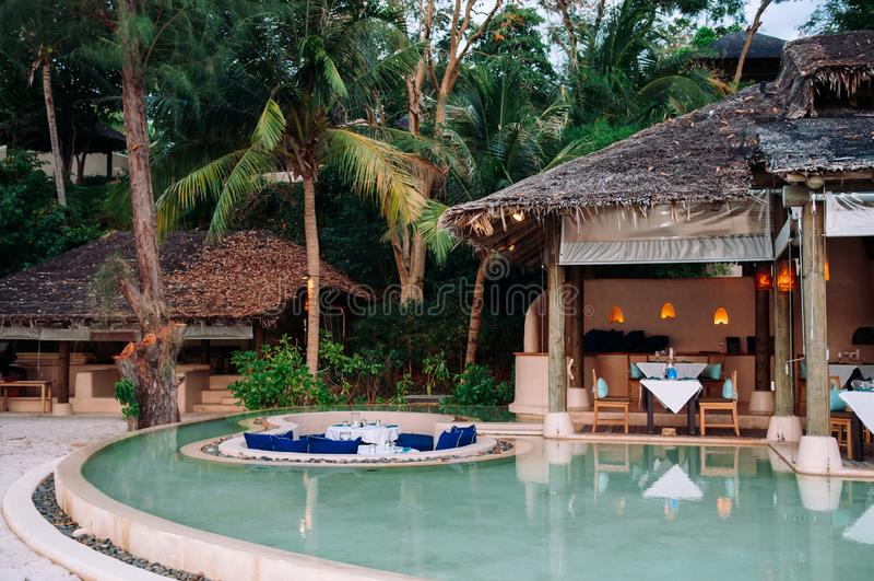 Siège submergé de salon de relaxation de vacances dans la piscine d'infini tropicale image libre de droits