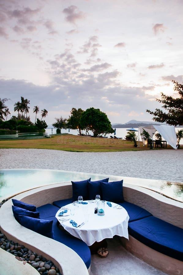 Siège submergé de salon de relaxation de vacances dans la piscine d'infini tropicale images libres de droits