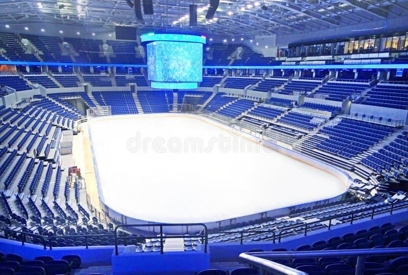 Sièges bleus vides à la piste d'hockey image libre de droits