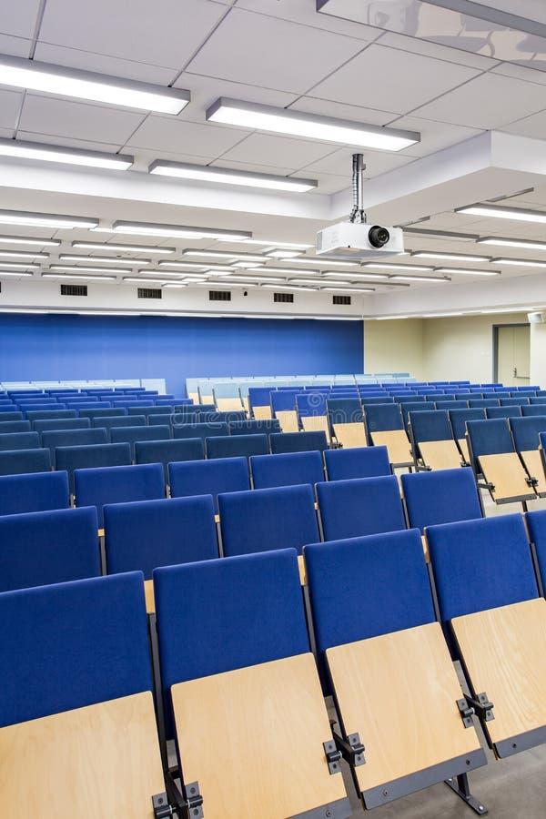 Sièges confortables pour que les étudiants écoutent la conférence photographie stock