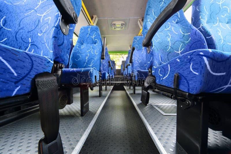 Sièges dans la salle de l'autobus vide de ville photographie stock libre de droits