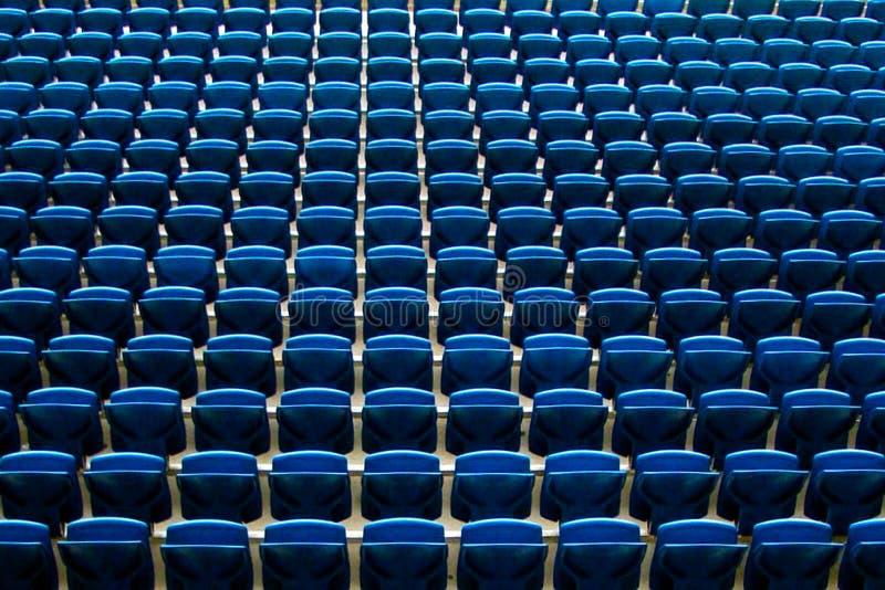 Sièges de bancs en au sol de stade de cour du football photographie stock libre de droits
