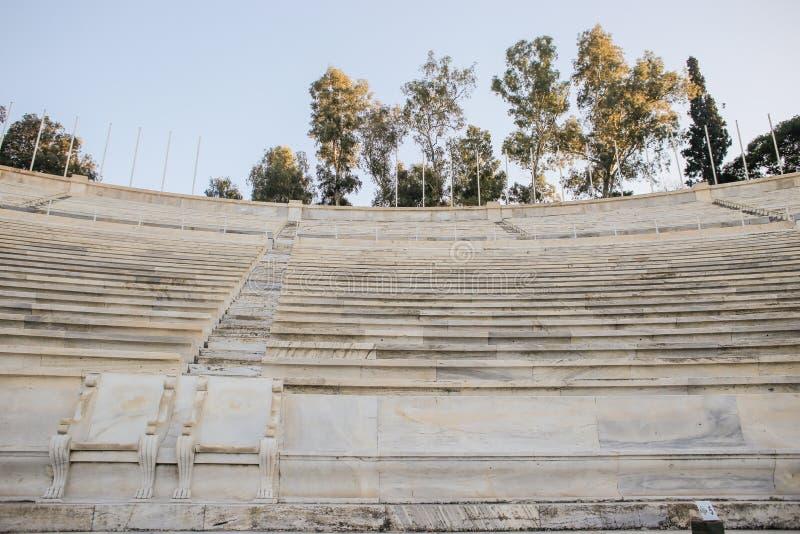 Sièges de boîtes royaux à partir de 1908 situés du côté Ouest moyen du stade de Panathenaic, Athènes, Grèce photographie stock libre de droits