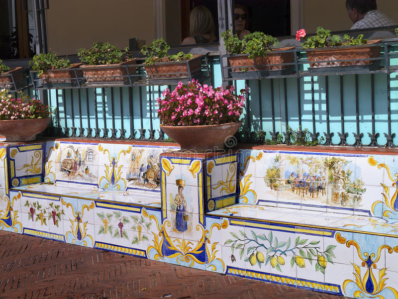 Sièges en céramique dans Anacapri sur le sland de Capri Italie images libres de droits