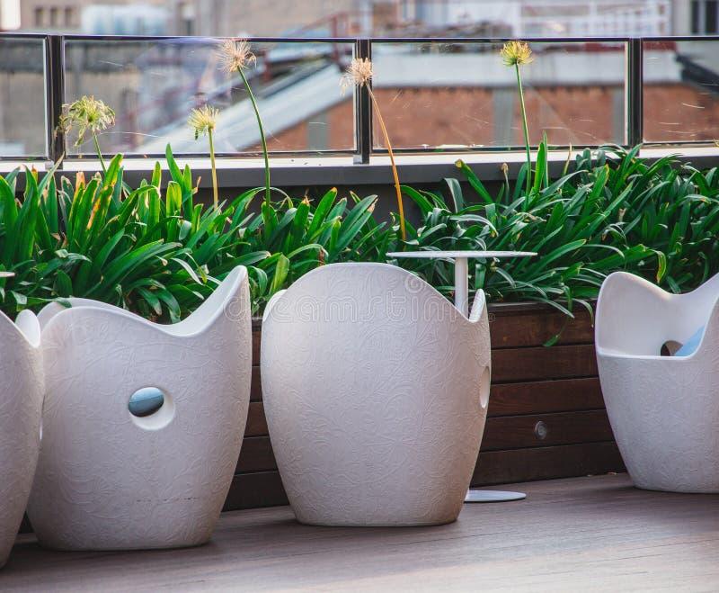 Sièges en pierre modernes sur le patio de dessus de toit photos libres de droits