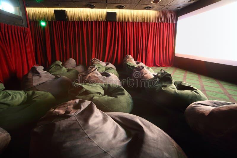 Sièges et écran peu communs confortables dans la salle de cinéma photographie stock