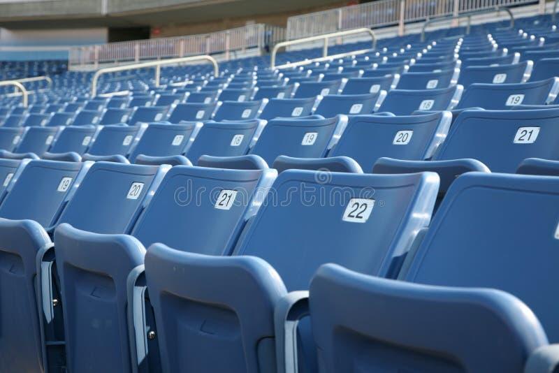 Sièges numérotés dans un stade photos libres de droits
