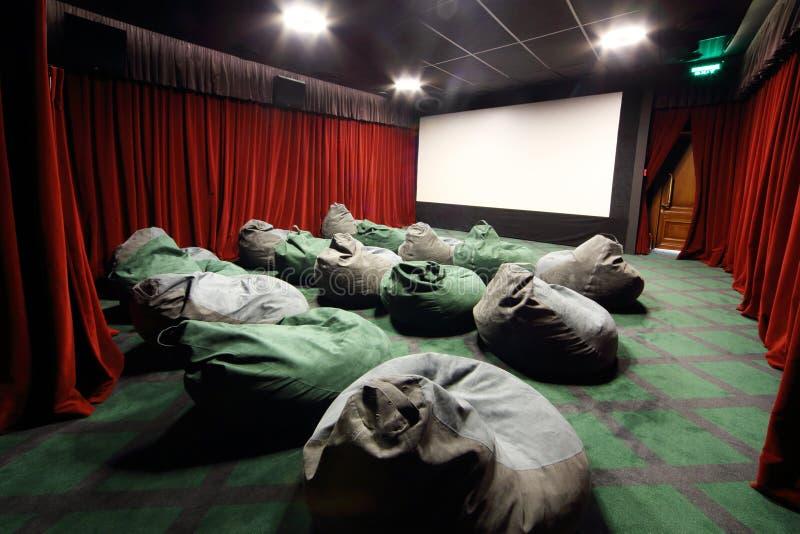 Sièges peu communs confortables comme des sacs dans le thea de film photo libre de droits