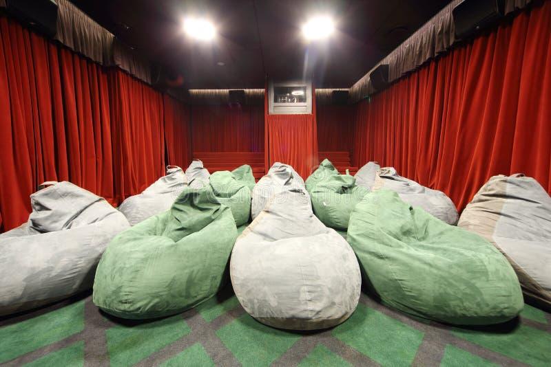 Sièges peu communs confortables dans la salle de cinéma. photo stock