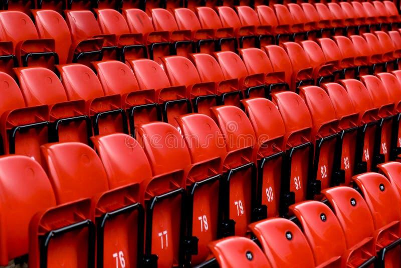 Sièges rouges lumineux de stade photo libre de droits