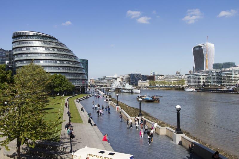 Sièges sociaux d'autorité du grand Londres par la Tamise sous le mayday ensoleillé clair photo libre de droits