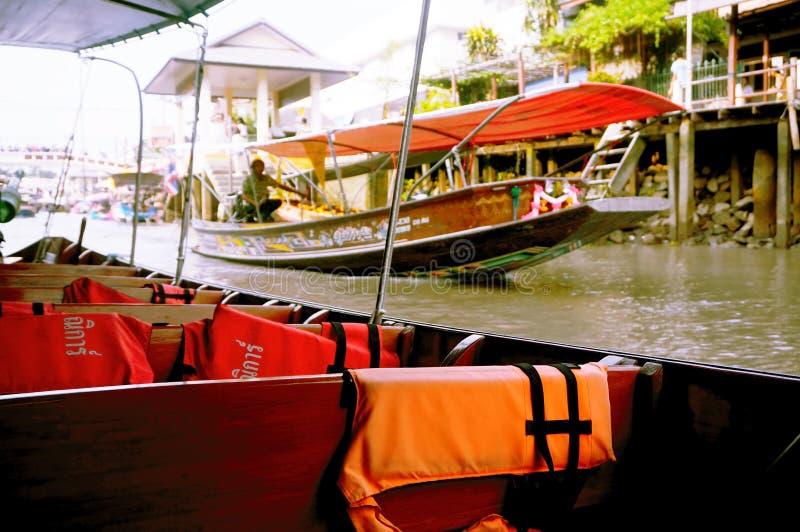 Sièges sur un bateau pour Amphawa de déplacement image libre de droits