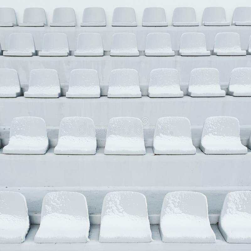 Sièges vides à l'arène de stade de sport images stock