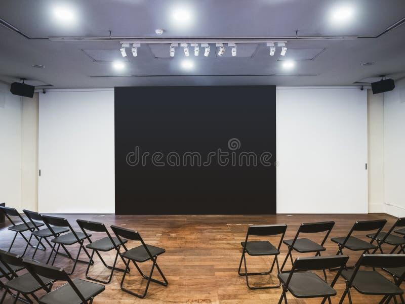 Sièges vides de pièce de réunion d'affaires avec l'écran de présentation vide photos stock