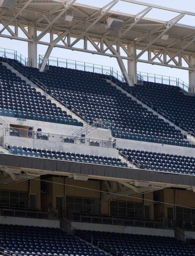 Sièges vides de stade photo libre de droits