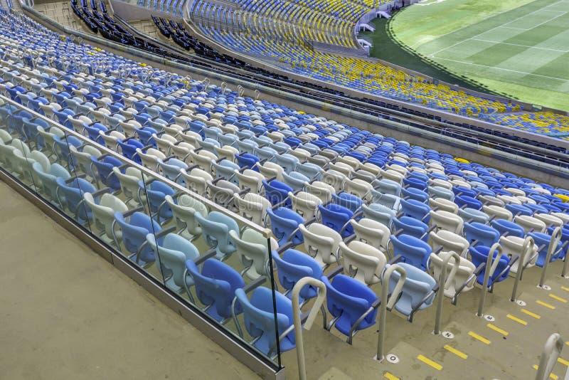 Sièges vides de stade de couleur au stade de football de Maracana en Rio de Janeiro, Brésil photo libre de droits