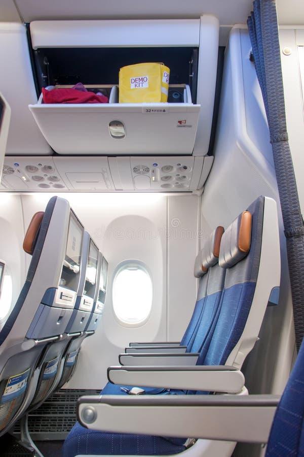 Sièges vides sur un avion sous une boîte ouverte photo libre de droits