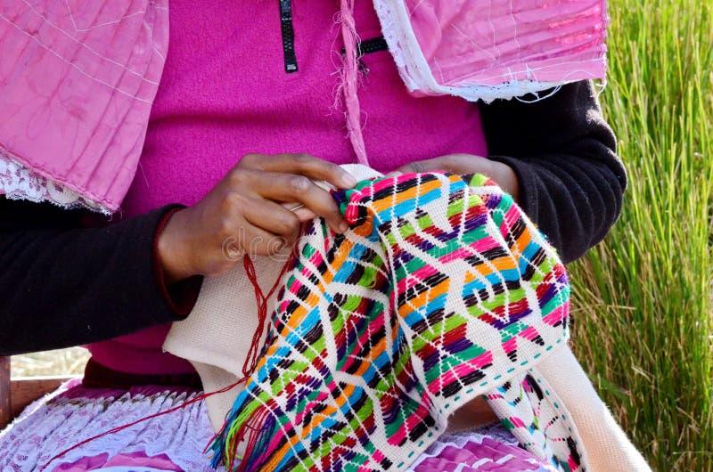 Siërra Chincua, Michoacan, Mexico, 14 Januari: De inheemse vrouw naait kleren stock fotografie