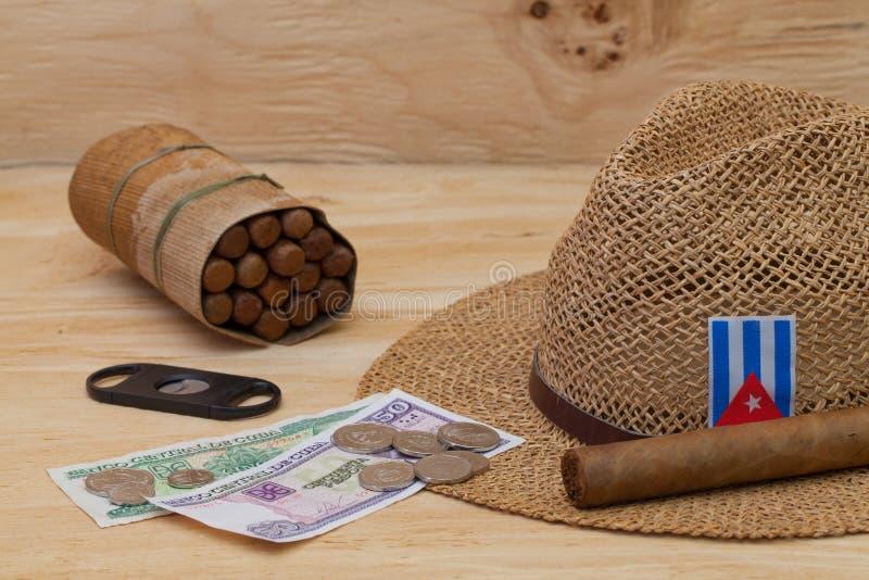 Siësta - sigaren, strohoed en Cubaanse bankbiljetten royalty-vrije stock foto's