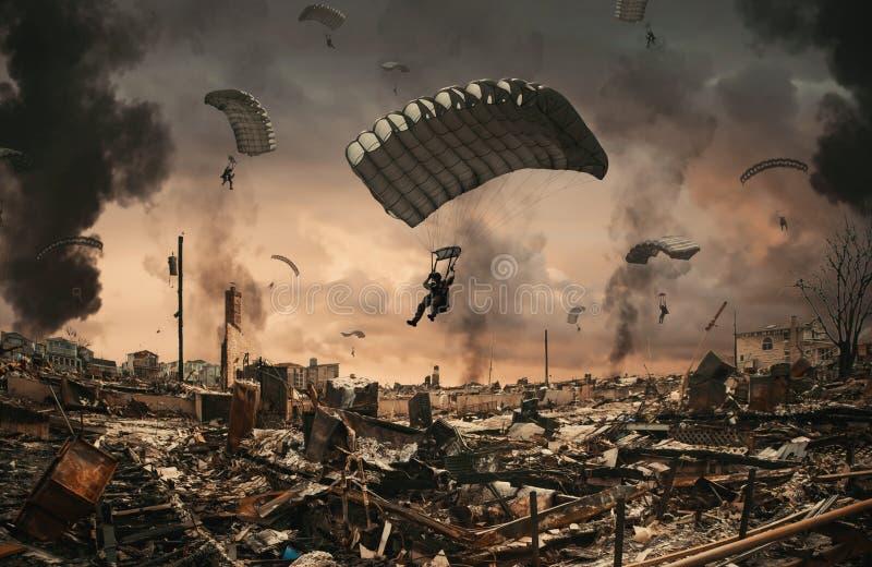Siłą wojskowa z spadochronem między dymem w niebie zdjęcia stock