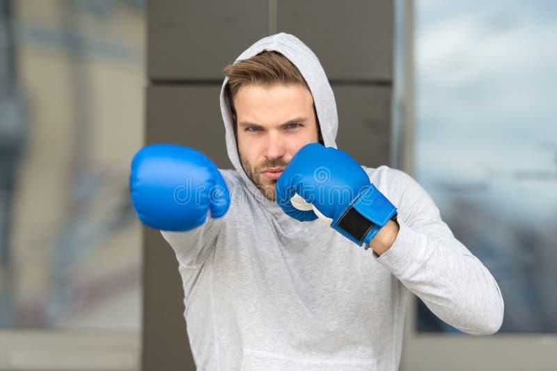Siła i motywacja Sportowiec skoncentrowane stażowe bokserskie rękawiczki Atleta koncentrująca twarz z sport rękawiczkami zdjęcia royalty free