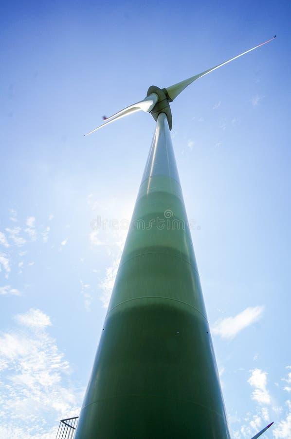 siła wiatru turbina przed niebieskim niebem, w Norwegia Scandinavia północy Europa fotografia stock