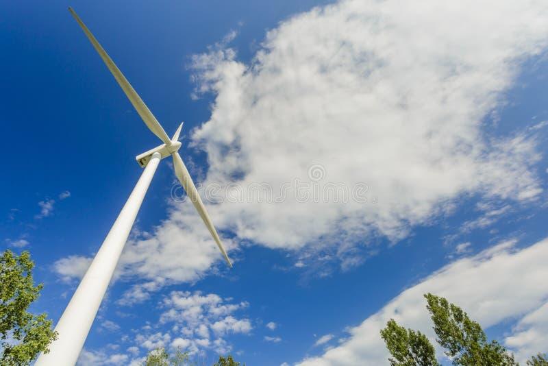 Siła wiatru wytwarza stacje w parku obraz stock