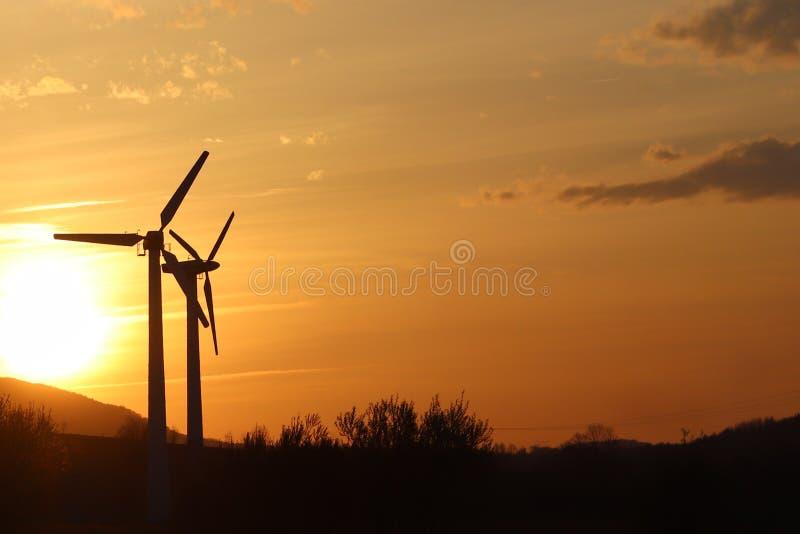 Siły wiatru stacja w zmierzchu Romantyczny wieczór i nowożytne technologie ecologically czysta elektryczność Ochrona enviro fotografia royalty free