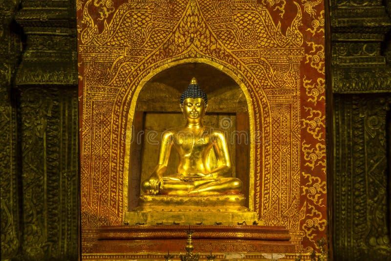 Si Hing, het standbeeld van Phraboedha van Phra Singh in Wat Phra Sing Temple i stock foto's