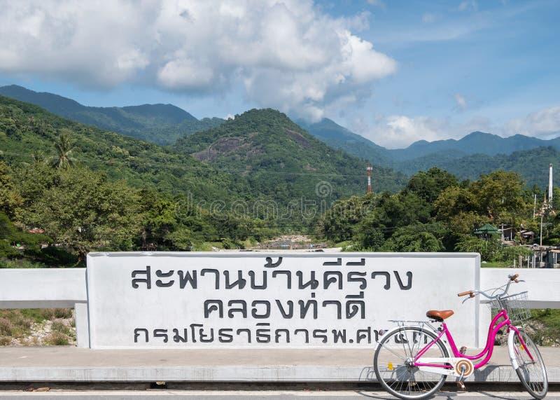 Si Nakhon thammarat, Ταϊλάνδη - 9 Ιουλίου 2017: Βράχου έλξη φρεσκάδας αφισσών kiriwong φυσική στοκ εικόνα
