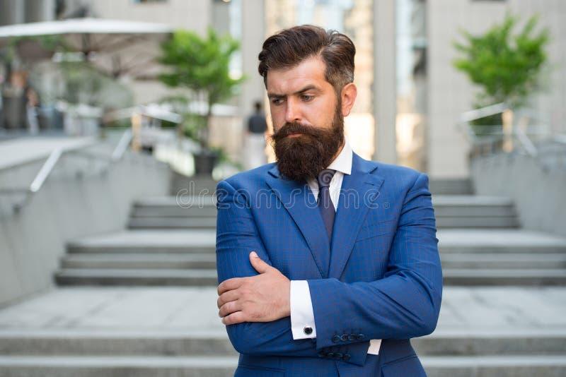 Si?ntase confiado Vida de asunto Hombre de negocios elegante del hombre Acertado y motivado para el éxito Desgaste barbudo del ho fotografía de archivo