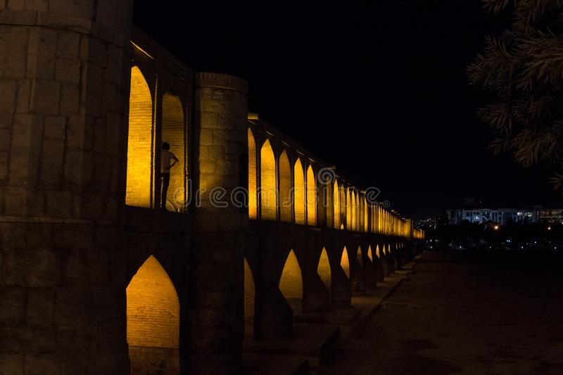 Si o zij Pol.-brug op een donkere avond in Isphahan, Iran Ook genoemd geworden Allahverdi Khan Bridge, of 33 bogenbrug royalty-vrije stock afbeelding