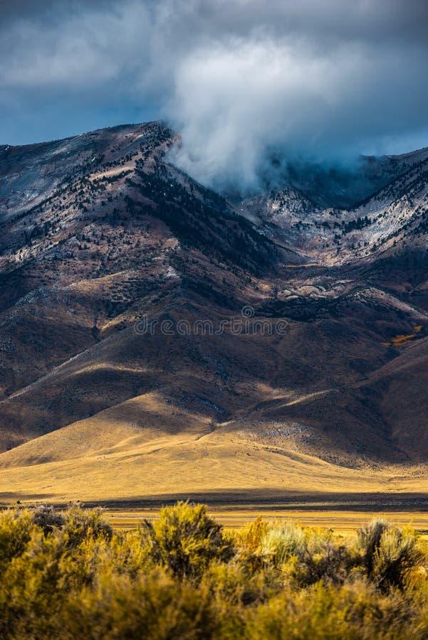 Si rannuvola densamente Ruby Mountains fotografia stock libera da diritti