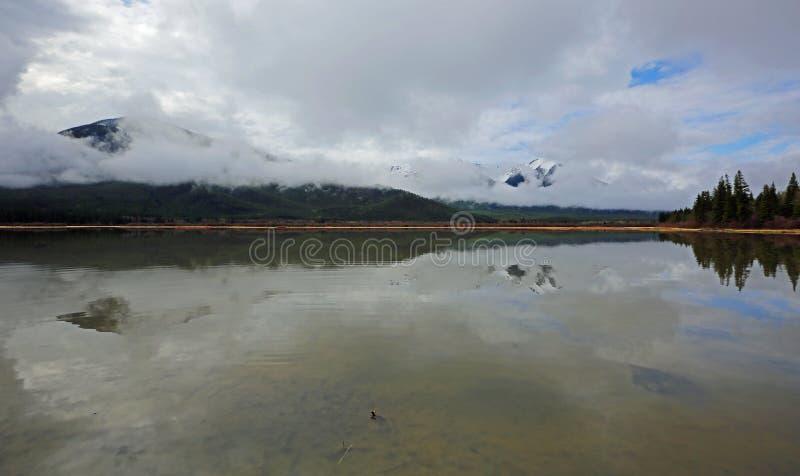 Si rannuvola il lago vermilion fotografia stock
