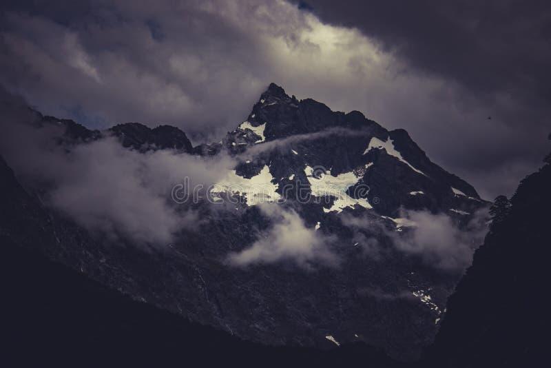 Si rannuvola il picco di montagna immagine stock