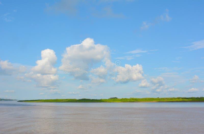 Si rannuvola il Rio delle Amazzoni nel Perù fotografia stock