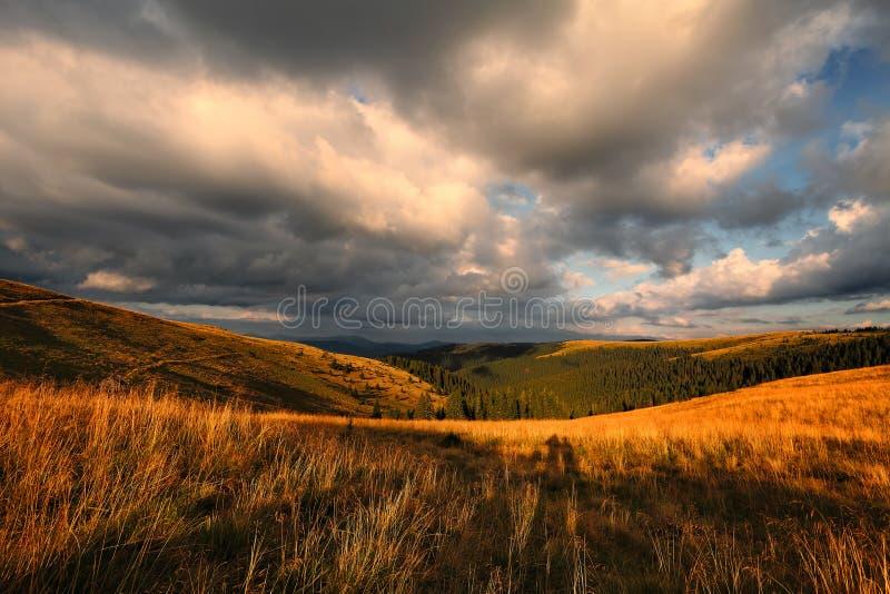 Si rannuvola la valle della montagna fotografie stock