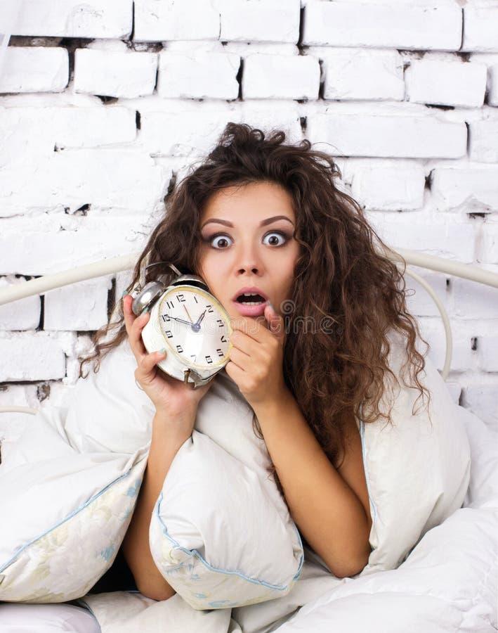 Si sveglia tardi la ragazza fotografie stock