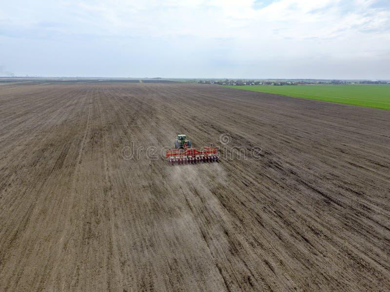 Siać kukurudza Ciągnik z ikrzakiem na polu Używać ikrzaka dla zasadzać kukurudzy obraz royalty free