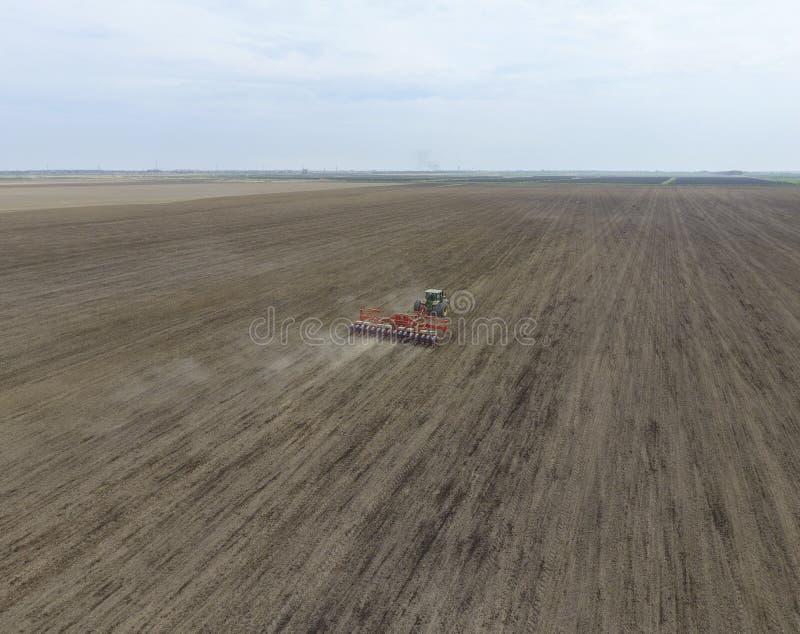 Siać kukurudza Ciągnik z ikrzakiem na polu Używać ikrzaka dla zasadzać kukurudzy fotografia royalty free