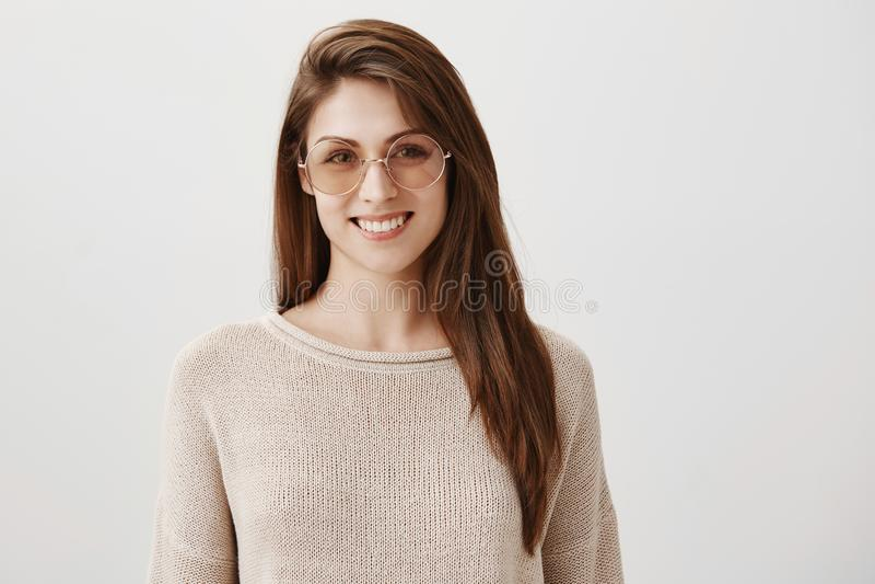 Sia dal lato d'avanguardia Ritratto di bella giovane donna caucasica in occhiali da sole rotondi alla moda che sorride allegro, c fotografia stock