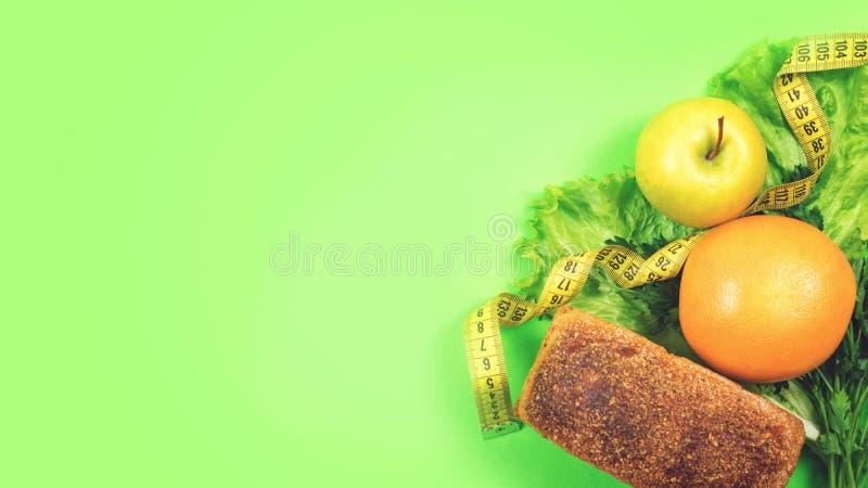 Sia a dieta, pesi la perdita, il cibo sano, concetto dell'alimento fresco Interi pane del grano dell'alimento sano, verdure, frut fotografia stock libera da diritti