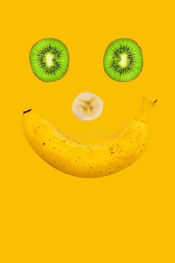 Sia felice Sorriso al gusto di frutta Banana, fette affettate del kiwi fotografie stock