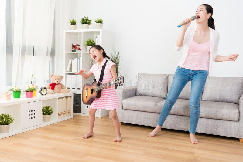 Sia mamma che figlia che gode della musica fotografia stock libera da diritti