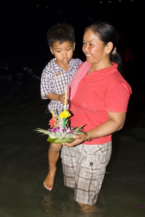 Siamesische Leute schwimmen auf das Wasser kleine Flösse (Krathong lizenzfreies stockfoto